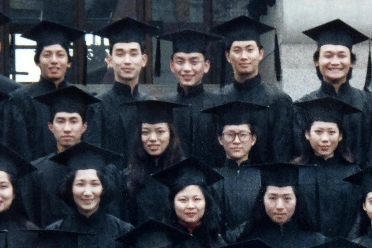 姜秀瓊(下排中)執導的《太陽雨》尋訪大學同學劉智和(上排中)的親友,也重現昔日校園生活。(公視提供)