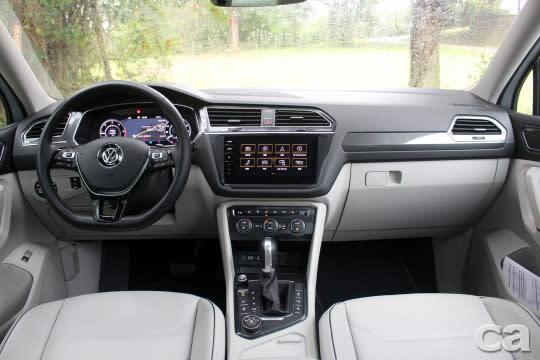試駕車選用黑、白雙色內裝,高質感與優雅兼具。