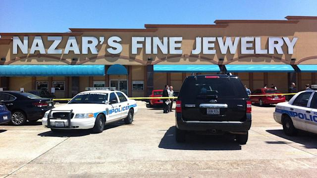Suspect shot during robbery at jewelry store