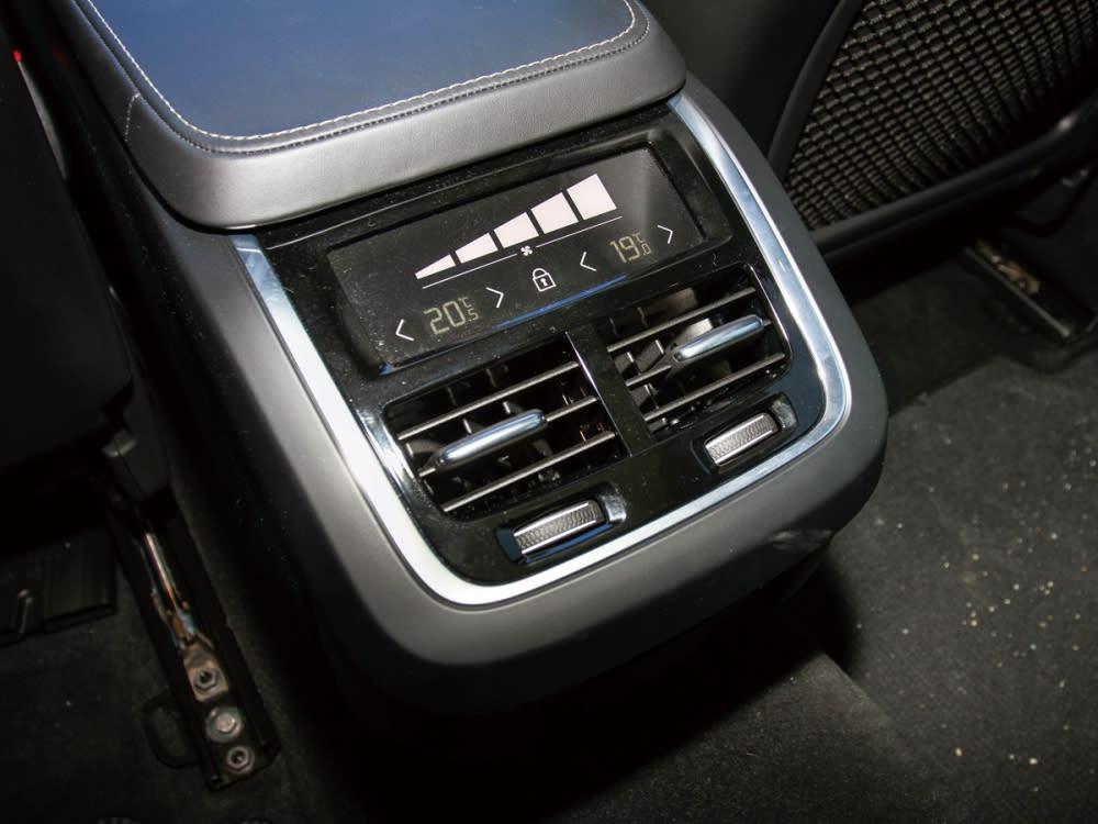 後座中央配有雙區獨立空調系統,可用觸控方式調整溫度、風量。