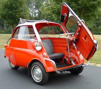 BMW Isetta當時與有專門製造冰箱、三輪貨車的義大利廠商Iso Autoveicoli合作,因此能見到蛋型車身、前開式車門…等許多前衛設計。(圖片來源: https://www.pinterest.com/pin/721350065284882341/)
