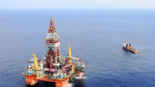 Vietnam protests against Chinese oil rig in South China sea