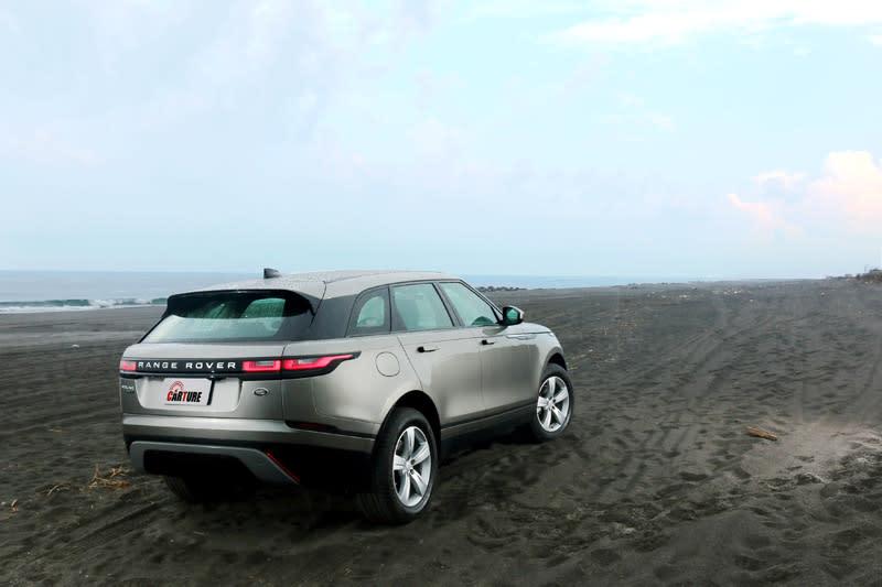 Range Rover Velar 以較低的車高與較寬的車寬,營造出類跑車化的外觀。
