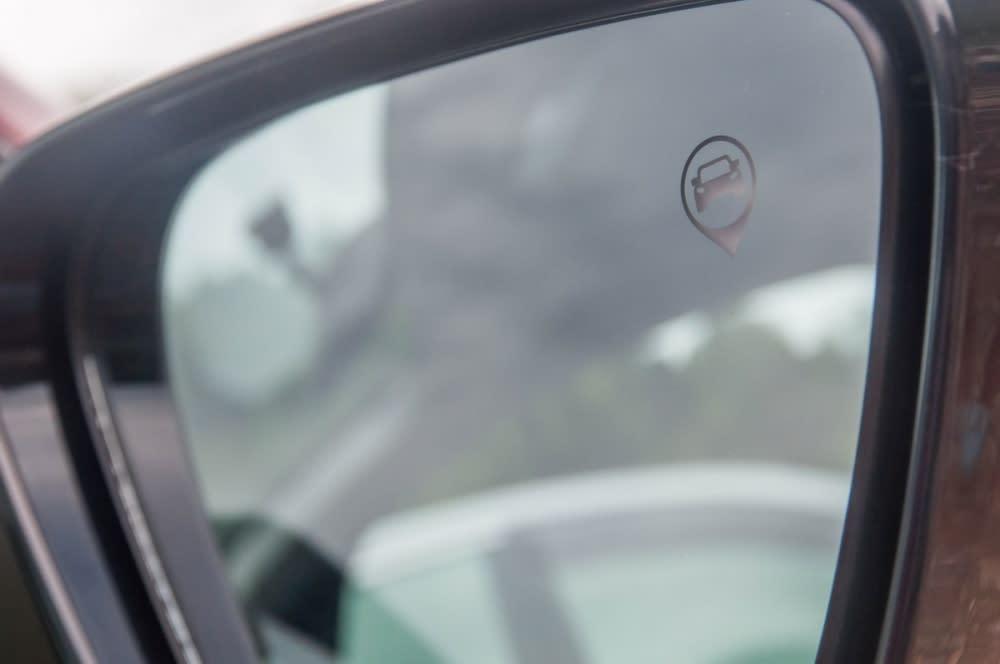 偵測到後方有車輛時,後照鏡上的圖案將會亮起,並且發出警示音
