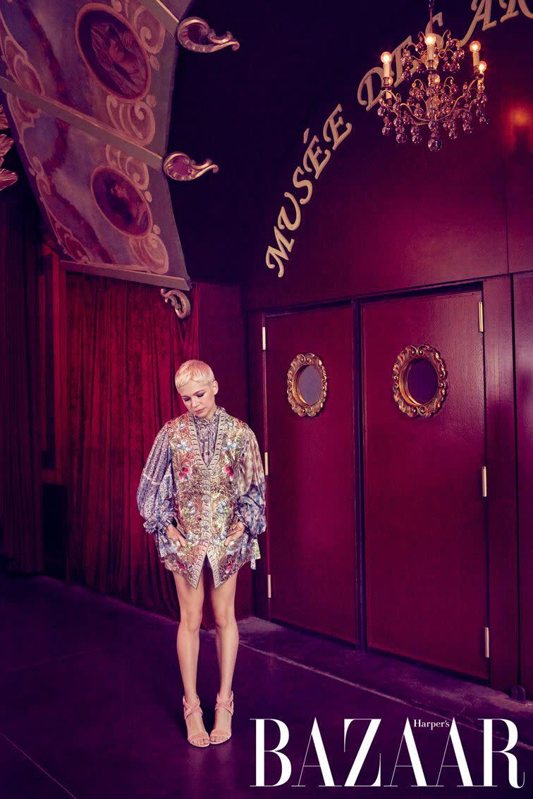 上衣、外套、天鵝絨高跟鞋,Louis Vuitton。