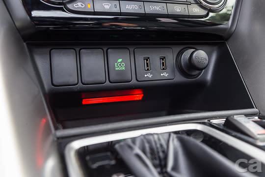 整合了七吋觸控螢幕、中控台觸控板、Apple Carplay功能、藍芽\USB\AUX in資訊輸入介面的影音娛樂系統,提供駕駛隨時與資訊串連的便利功能。
