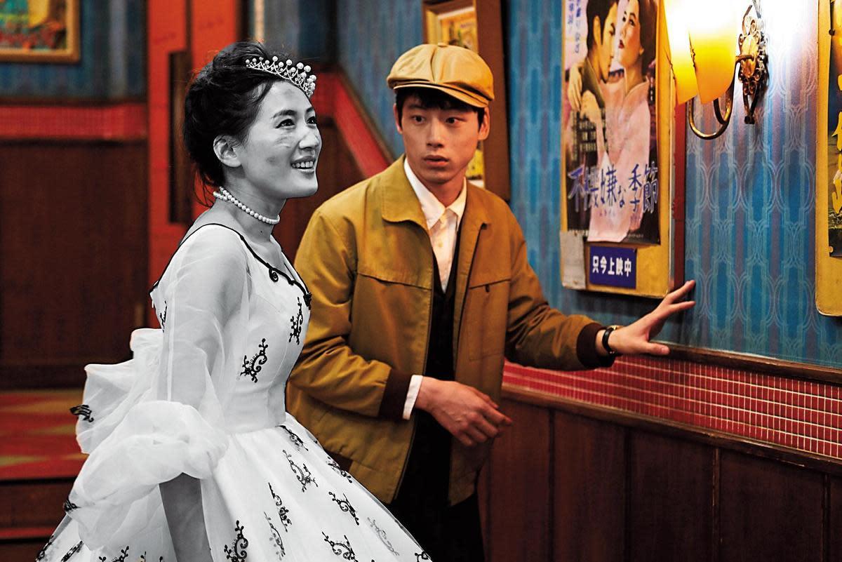 綾瀨遙飾演從黑白電影銀幕躍出來的公主,坂口健太郎笑說自己常忘記她是「黑白」的這件事。(采昌多媒體提供)