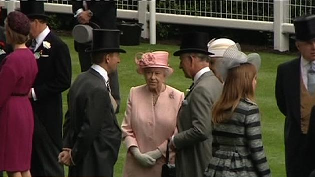 Queen pretty in pink at Ascot