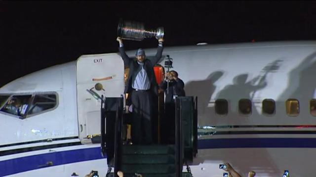 RAW: Blackhawks arrive to O`Hare with Stanley Cup