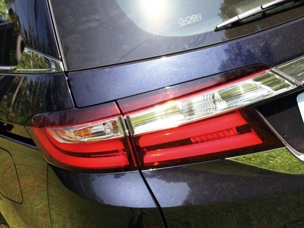 大型尾燈組與Odyssey鍍鉻銘牌及牌照框採整合式造型,提供相當優異的車尾辨識度。