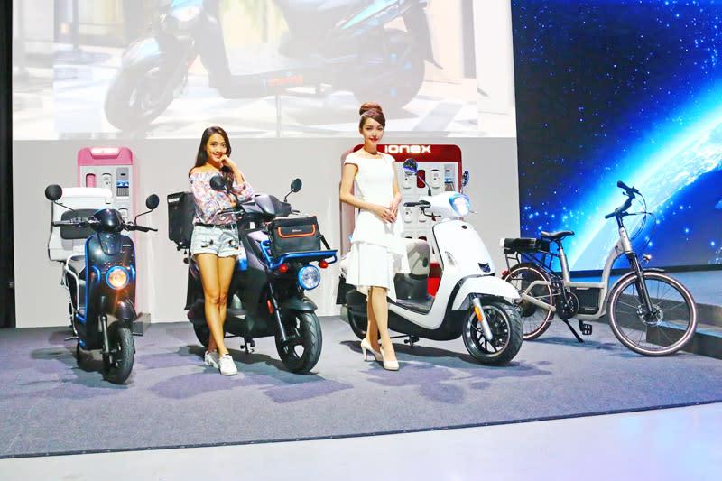 發表會同步推出歐洲全新電動機車Tube EV、Agility Carry EV、Like EV、電動輔助自行車Klever B-Ionex〈左至右〉。