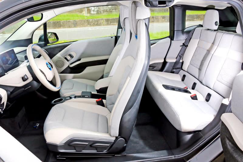 i3系列採對開式車門設計,須將前門開啟後再開後門,拜高車頂設計,車內空間優於一般的中型掀背車。