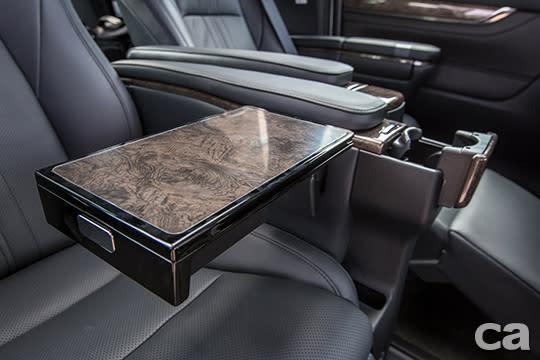 獨立坐姿、座椅空調控制系統、折疊餐桌與門簾,皆是Alphard專為第二排VIP準備的專屬配備。