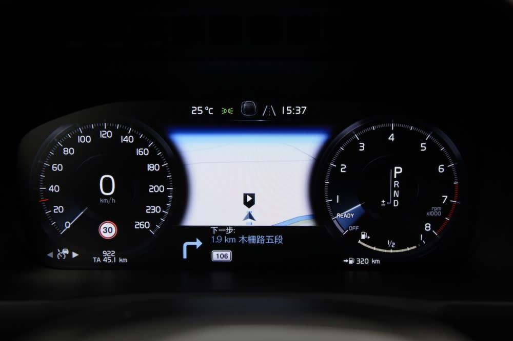 12.3吋數位儀錶的顯示模式切換可以藉由中央螢幕調整,總共有四種模式選擇,而且二片螢幕可以同步改變。
