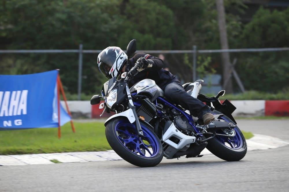 比起R3的運動設定,MT-03的騎姿更適合在都會區中騎乘。