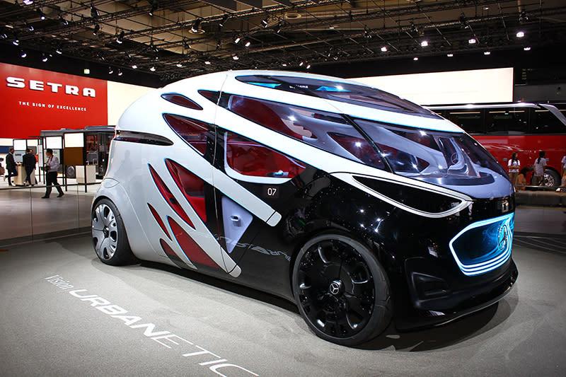 展場中最引人注目的,莫過於這款殺氣騰騰彷彿外星戰將的Mercedes- Benz Vision Urbanetic了。