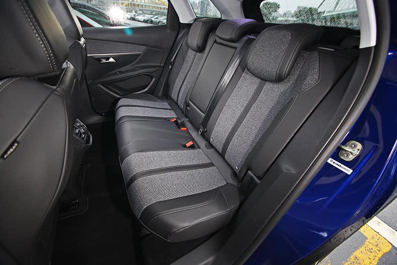 後座空間乍看剛好而已,但實際乘坐不僅寬敞且椅型設計也頗具水準,乘坐舒適感優異。