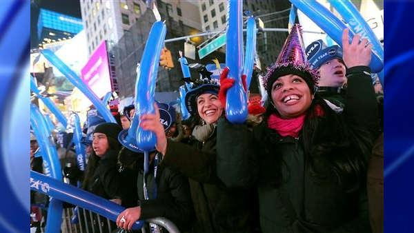 Huge crowd gathers in Times Square for ball drop