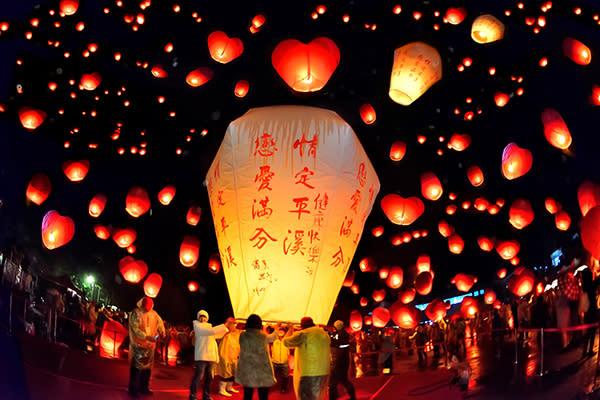 新北市平溪天燈節已有百年歷史,每年都吸引十多萬民眾前來共襄盛舉 (圖/新北市政府)