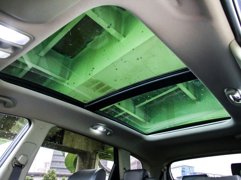 標配大面積全景天窗,創造優異車內採光。