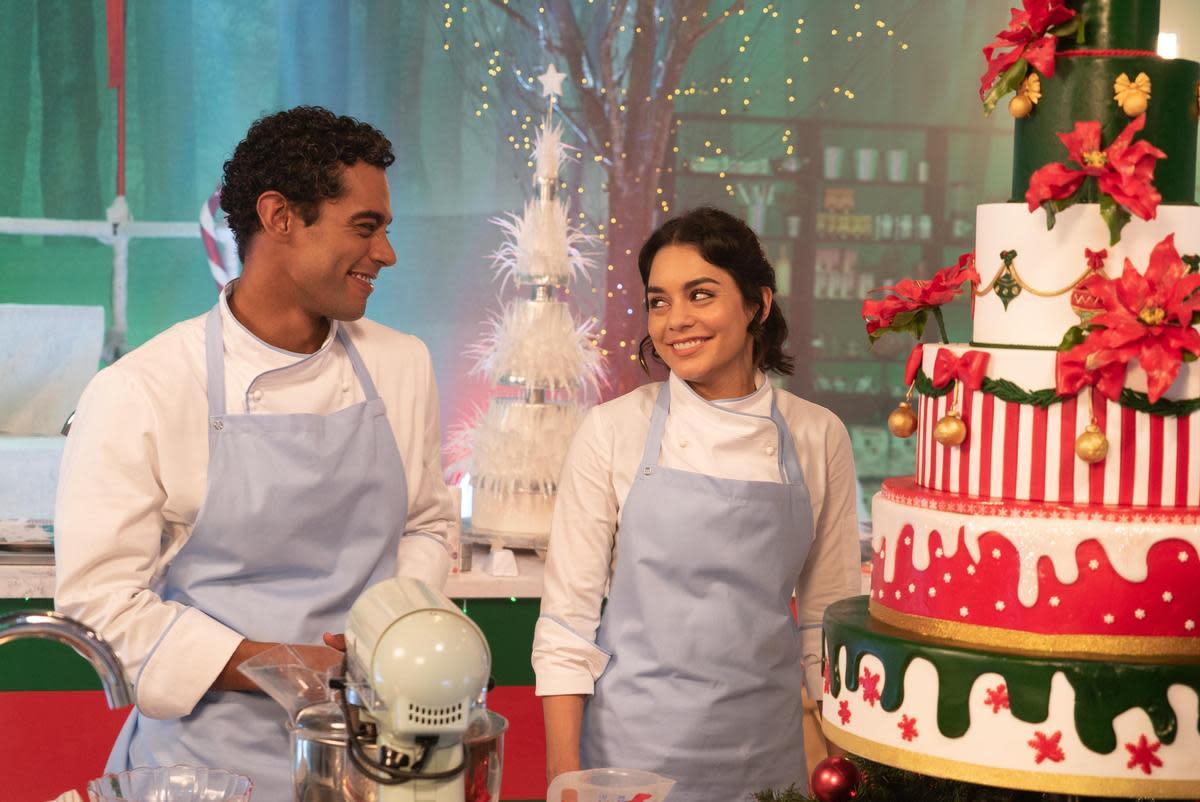 史黛西(右)有一個副主廚奇雲(左),本來並不來電,但在跟瑪格麗特交換身分後,假冒的史黛西卻跟奇雲產生了火花。(Netflix提供)