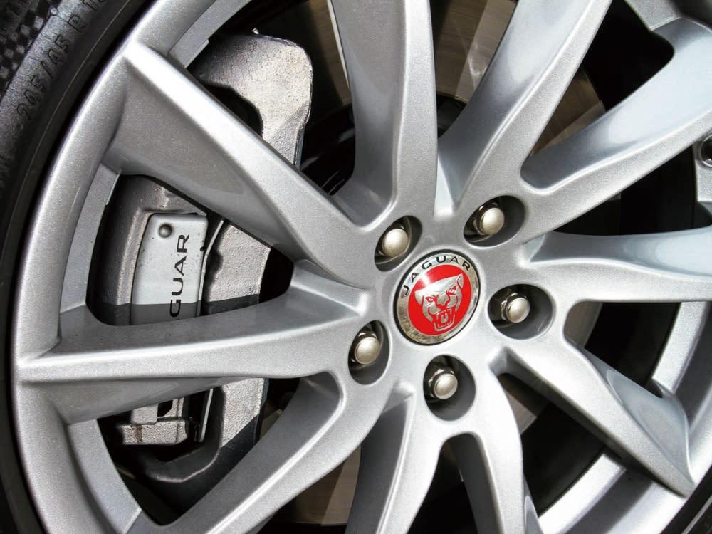 18吋的鋁圈造型也以紅色獵豹來作點綴。