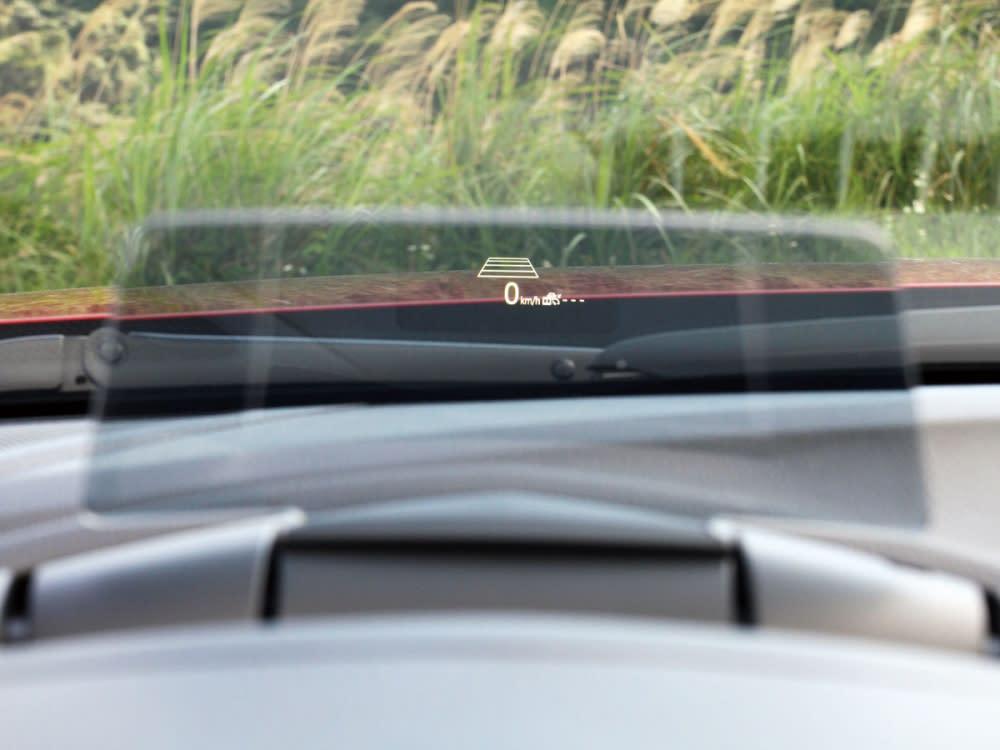 擁有高質量的抬頭顯示器,能顯示時速與行車資訊,使駕駛無需低頭查看行車資訊。