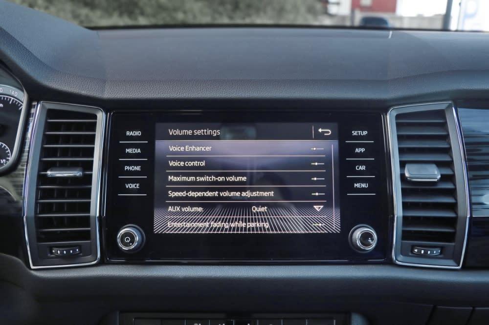 這項對講系統能透過中央螢幕調整麥克風感度,調至最強時甚至頗有KTV包廂的回音感