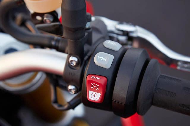 S1000R 原廠標準配備Riding Mode 系統,搭配ABS 與ASC 系統,並且隨時可以開啟或關閉,並將騎乘模式簡單分為雨天與公路兩種選擇,讓騎士盡情享受不同的騎乘樂趣,另外原廠提供兩種選配套件,運動套件包含Pro Riding Mode、DTC、快排和巡航控制,動態套件包括DDC 動態阻尼控制系統、加溫把手、LED 方向燈與和車身同色的引擎下整流罩,多種選配套件能使車輛的性能更加發揮。