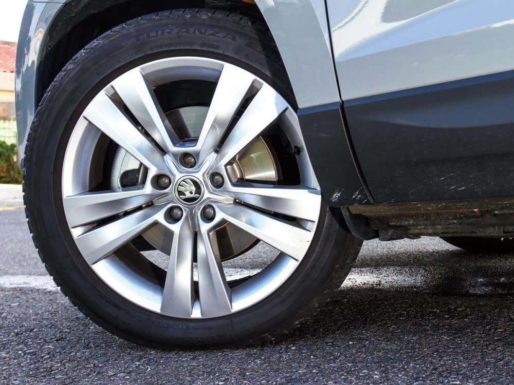 造型清爽的18吋五輻式輪圈,使Karoq看起來就是款恰如其分的實用車款。