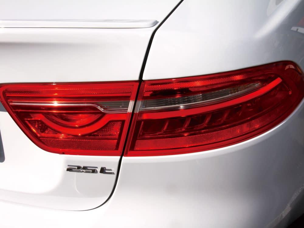 如同F-Type再現的獨特尾燈組造型,使車尾跑格感更為強烈。