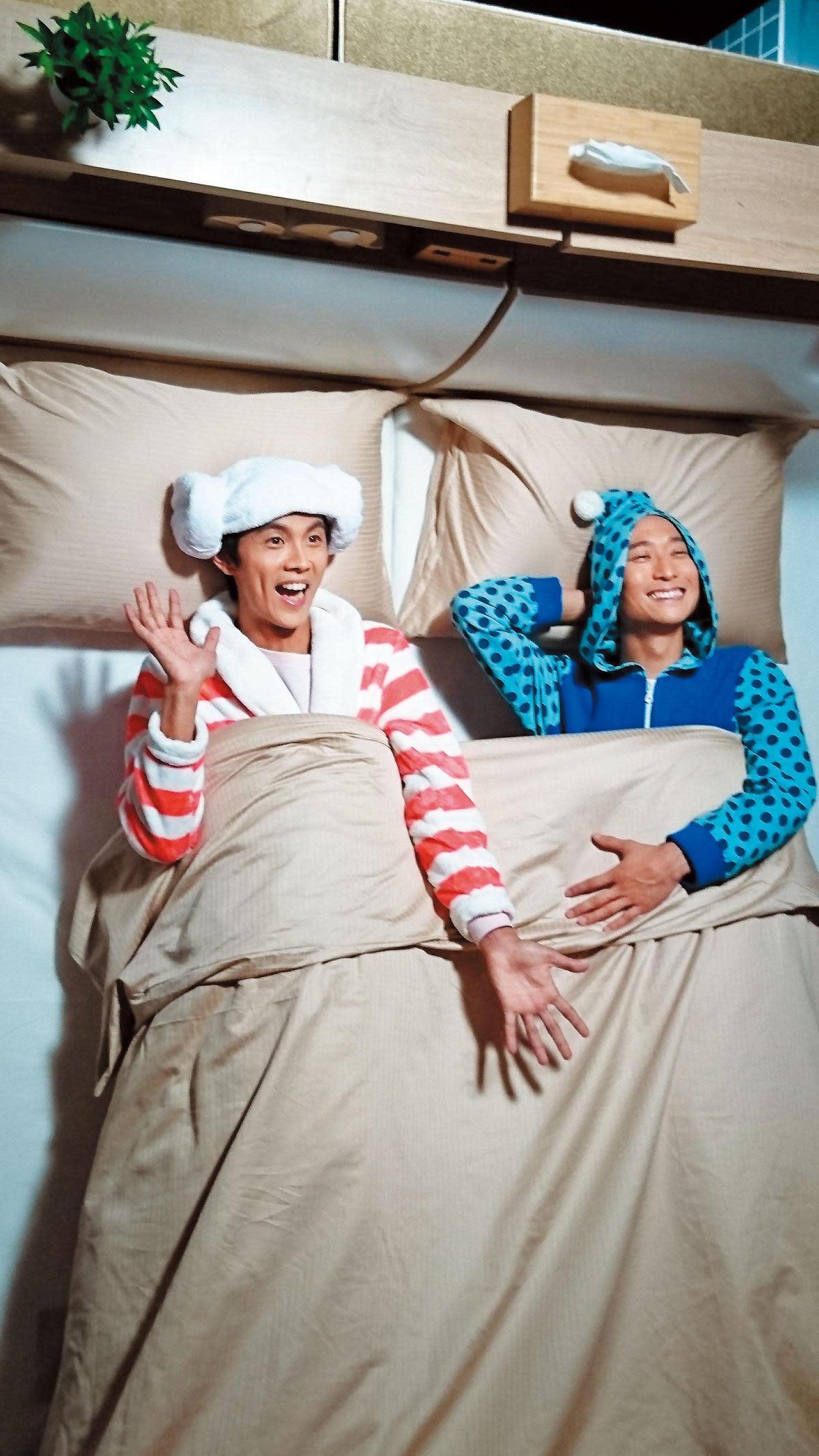 浪漫的搭檔浩子(右)曾告假環遊世界,理性的阿翔(左)繼續努力拚事業。(時代創藝提供)