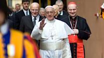 Pope surprises spectators by walking into crowd