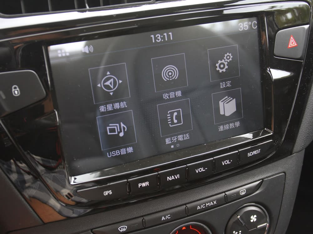 新型8吋全彩液晶中控螢幕,整合多項視聽娛樂功能。