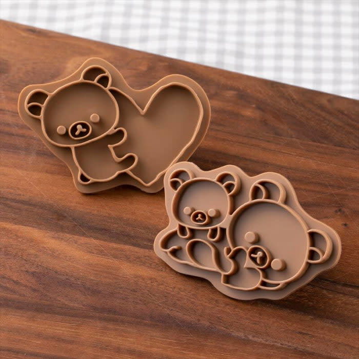 &quot;拉拉熊餅乾壓模實體不同形狀的餅乾上壓印烘烤後用巧克力描繪出可愛圖樣,或是使用刀子延著壓模邊緣切割出生動的拉拉熊樣貌,是不分節日或季節都很好用的烘培道具。</p