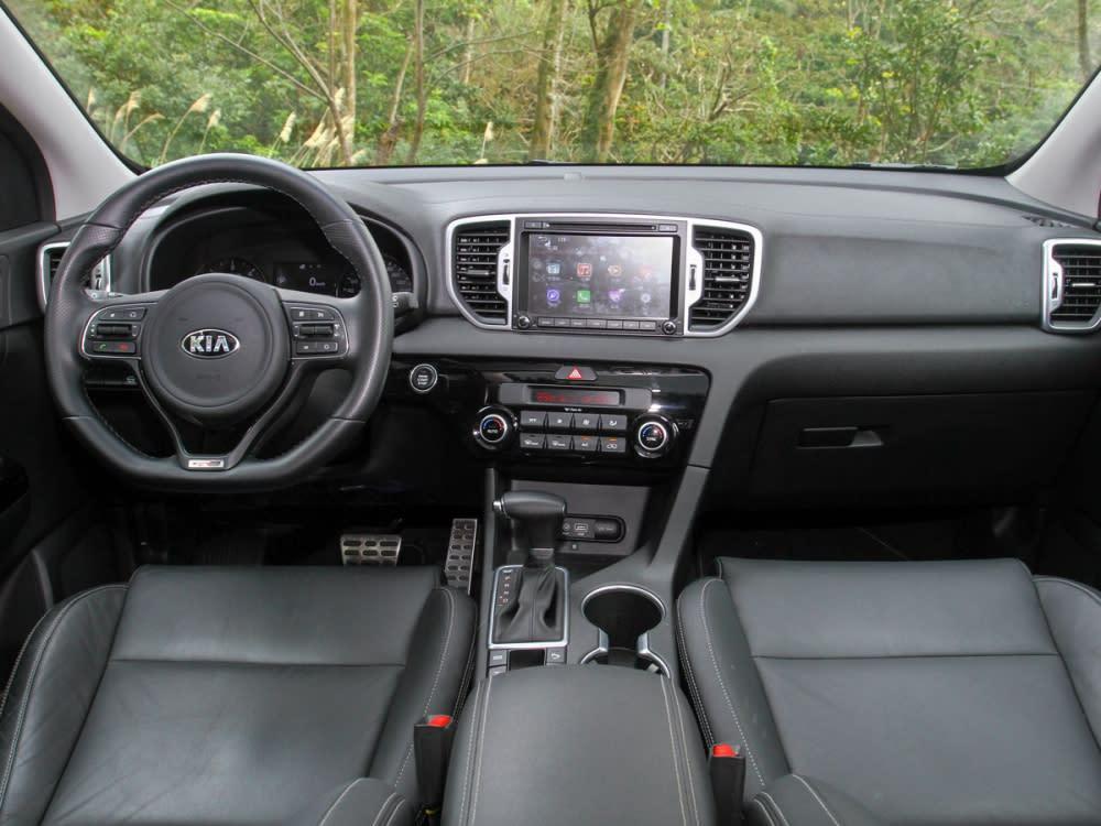 車艙鋪陳以黑色為基底,頂棚採對比色設計,呈現清爽優雅的整體氛圍。