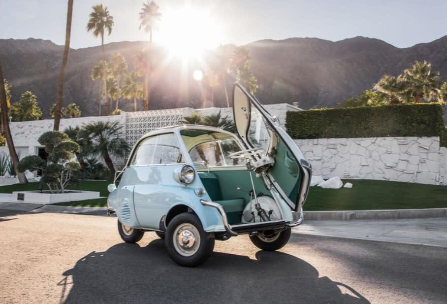 BMW在二次世界大戰結束時推出Isetta系列小車,為當時蕭條低迷的社會氛圍注入一股活力。(圖片來源:https://www.automobilemag.com/news/1956-1962-bmw-isetta-300-collectible-classic/)