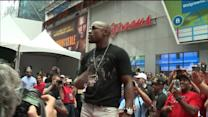 Floyd Mayweather Shuts Down Times Square To Promote Fight