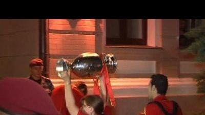 Victorious Spain arrive at Kiev hotel