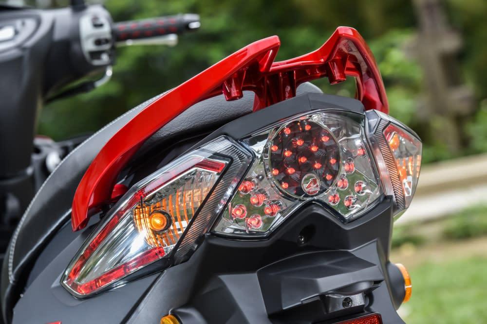 全景式LED 導光尾燈,煞車燈也採用LED。