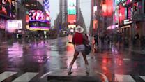 "A New York ""Naked Cowboy"" sfida la furia dell'uragano Sandy"