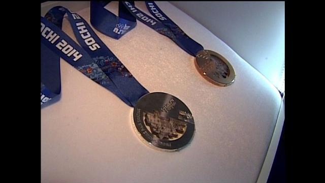 Putin shows Sochi-2014 Olympic medals to Rogge