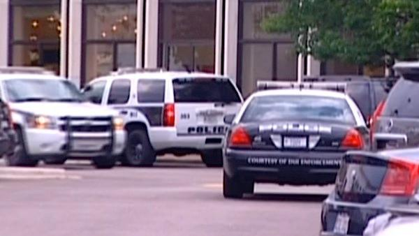 Suspect shot in robbery attempt at Oak Brook mall