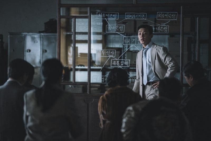 劉亞仁在片中飾演投機發國難財的金融顧問,難得男神願意演戲分不多,且人設並不正派的配角。(華映提供)