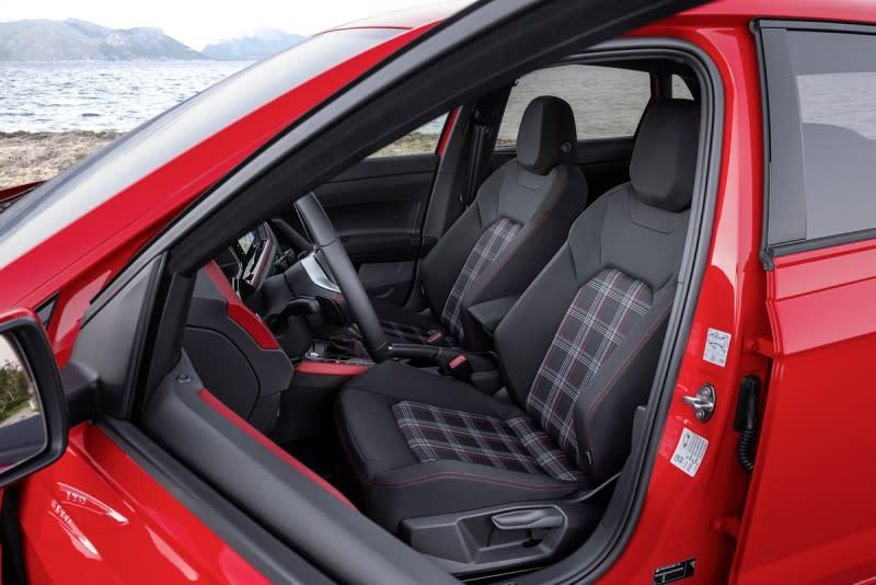 立體跑車座椅仍採用經典格紋織布