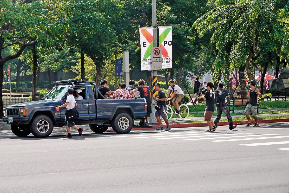 鈕承澤在松智路封街拍攝《愛Love》,有勞影委會協助向有關單位申請路權。(台北市影委會提供)