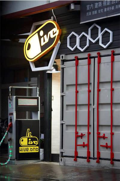 蜂巢膠囊旅店入口處以貨櫃屋的造型打造。(圖片來源/蜂巢膠囊旅店)