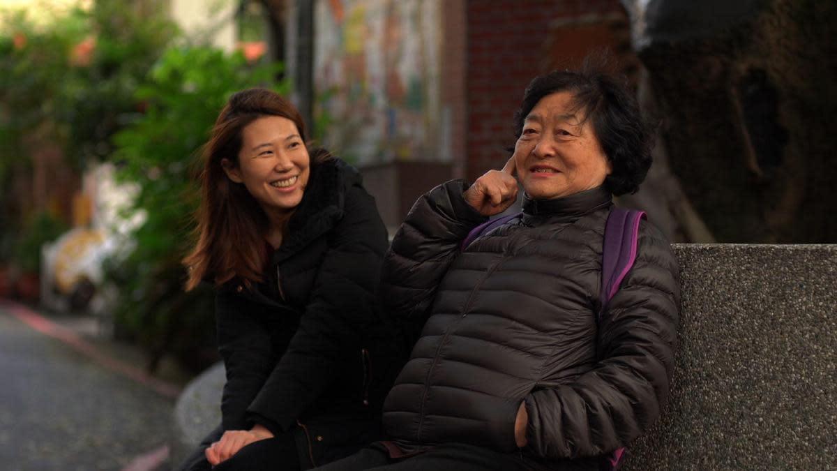 溫知儀(左)執導的《與引商阿姨對話》,以資深演員劉引商(右)為主角。(公視提供)