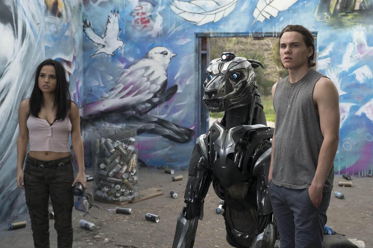 導演重金以鋼鐵打造超精細的機器犬實體,這隻機器戰犬擁有AI智慧,還配有重裝武力,是軍方急欲搶回的目標。(傳影互動提供)