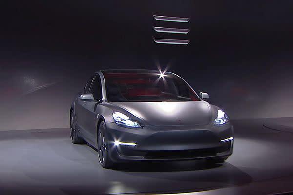Tesla Model 3 剛問世時,就以 3 橫字樣為產品標誌。圖片/ Tesla